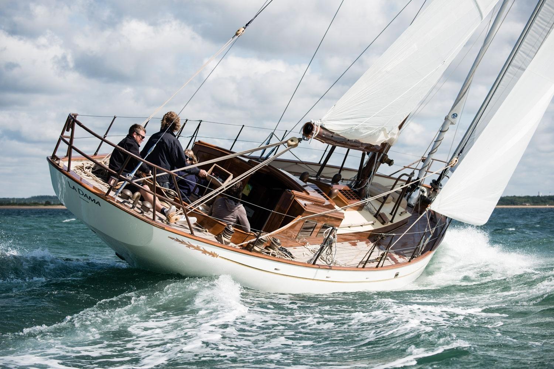 La Dama Sailing